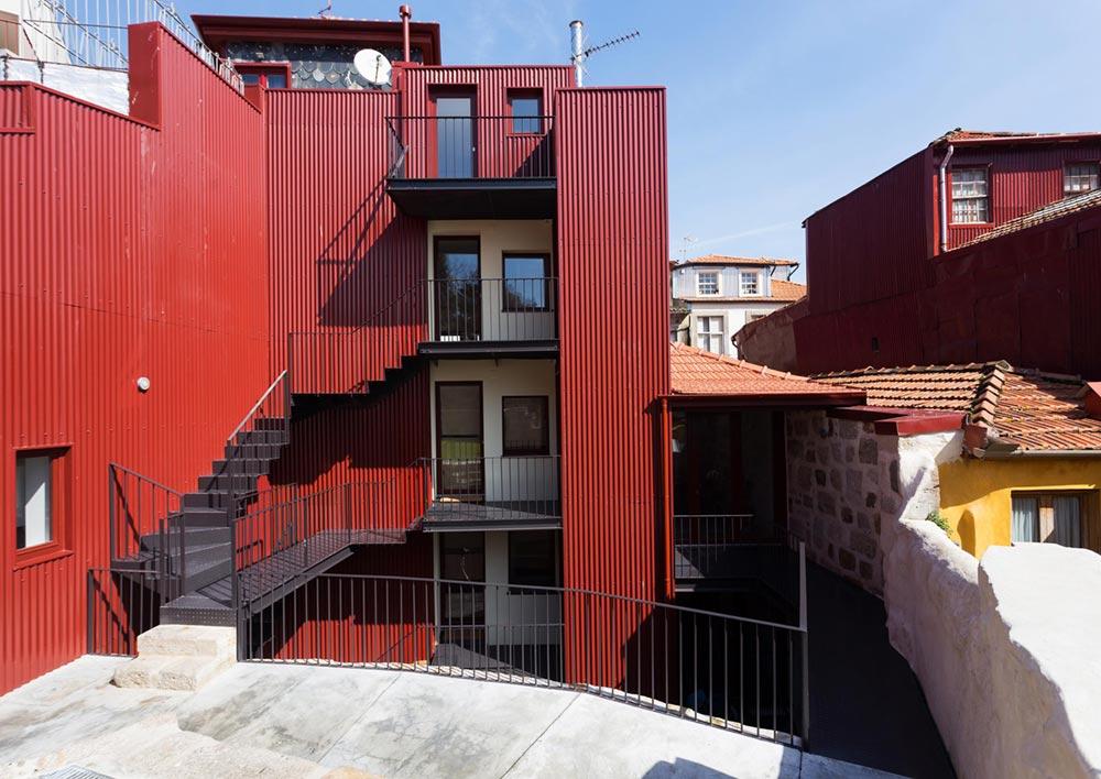 apartment renovation courtyard pg - Caldeireiros Houses
