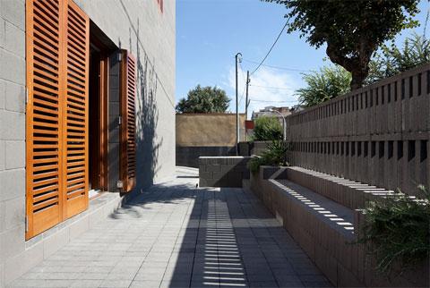 black-concrete-house-804-5
