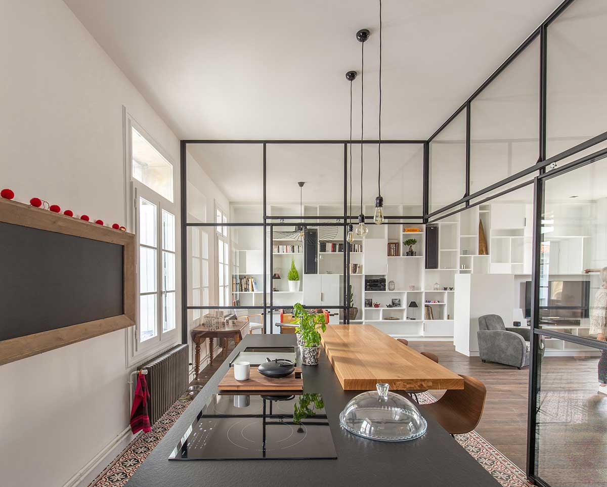 black kitchen island - SBL Apartment