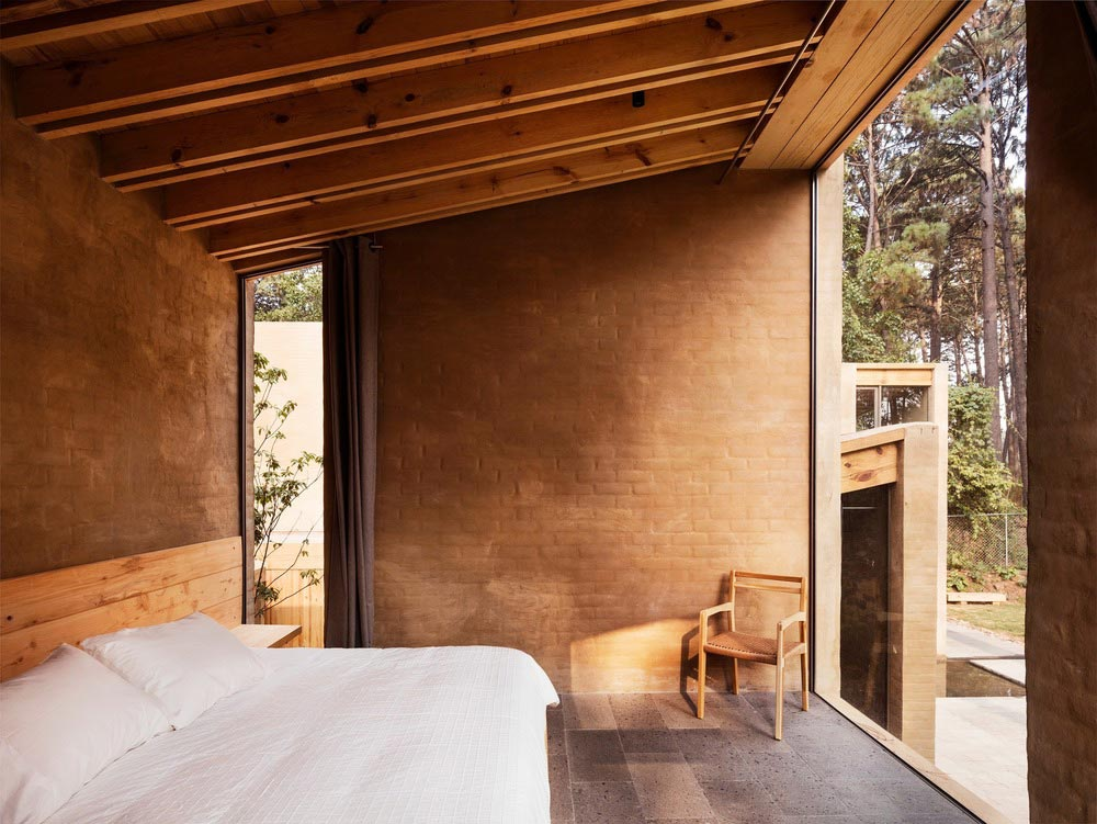 earth brick home design bedroom - Entre Pinos