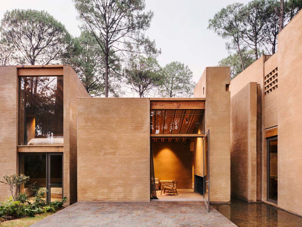 earth brick home design courtyard - Entre Pinos