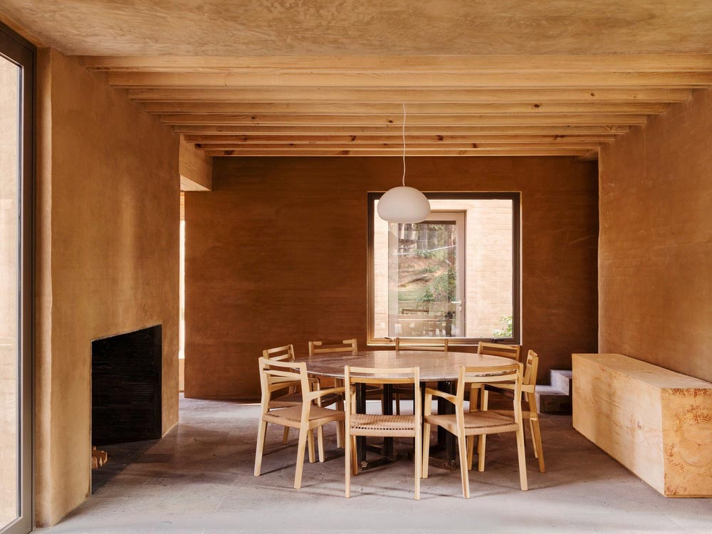 earth brick home design dining - Entre Pinos
