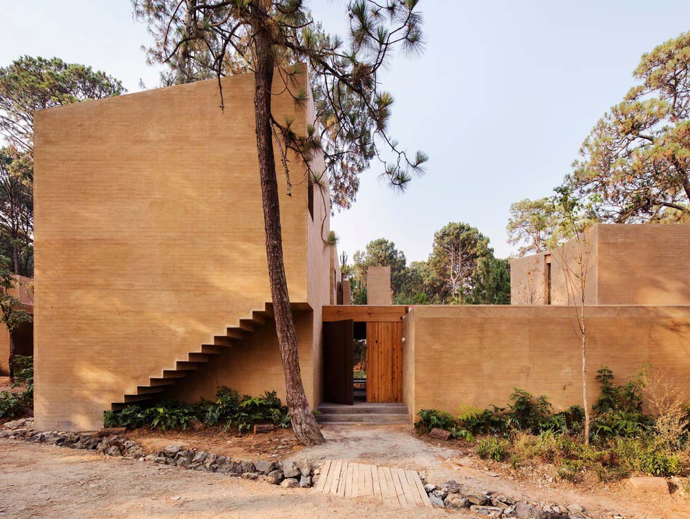 earth brick home design entry - Entre Pinos