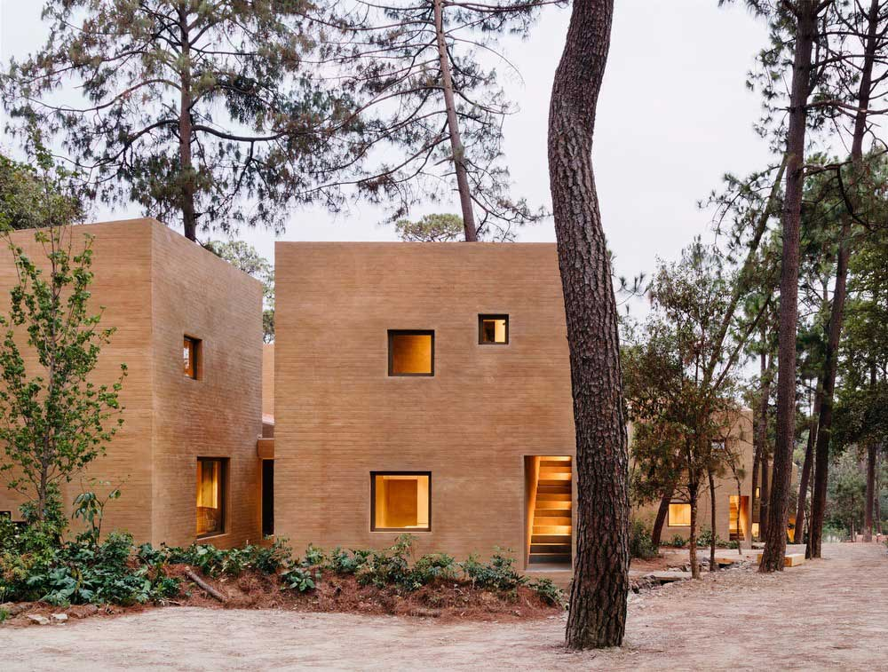 earth brick home design windows - Entre Pinos
