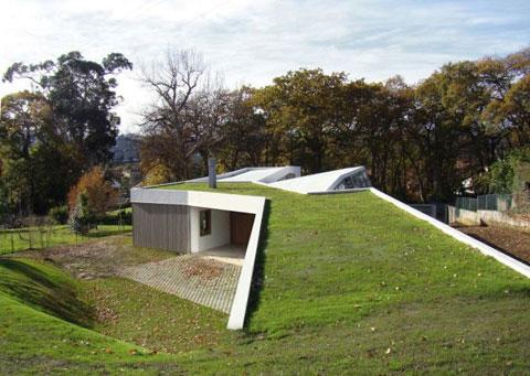 Single family house and atelier blending art and - Casas ecologicas en espana ...