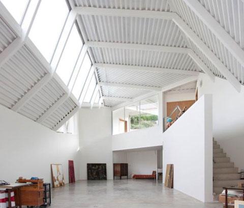 Single family house and atelier blending art and for Zeb pilot house floor plan