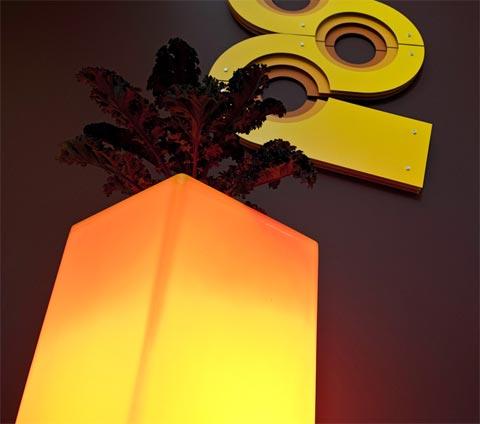 """illuminated-planter-rotoluxe-5 """"title ="""" illuminated-planter-rotoluxe-5 """"width ="""" 480 """"height ="""" 424 """"class ="""" alignnone size-full wp-image-12190 """"/> </p> <p> Thiết kế hiện đại là tất cả về việc sử dụng lại những gì chúng ta đã có, theo cách tiếp cận nguyên bản, hoàn toàn mới. Đó là tất cả về việc lấy vật liệu hiện có và thiết kế nó để phục vụ một số mục đích. Thiết kế hiện đại là thiết kế xanh, tận dụng tối đa trong khi lãng phí ít nhất. </p> <p> Theo như thiết kế hiện đại – Rotoluxe Illuminated Planter giống như một quả anh đào trên đỉnh. Tận dụng tối đa, không lãng phí, nhằm mục đích phục vụ nhiều mục đích. Đây là một sản phẩm có lợi, Bạn không thể sai ở đây. Sử dụng nó ở bất cứ đâu bạn muốn trong nhà hoặc ngoài trời, nó sẽ mang lại niềm vui, sự tươi mới và màu sắc của một cây sống, một bầu không khí rực rỡ và những lợi ích của sản xuất xanh. </p> <p> <img src="""