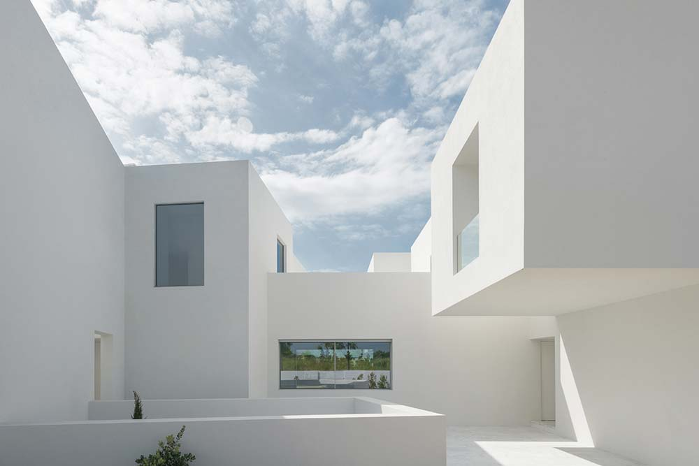 inner courtyard home ca2 - Between Two White Walls