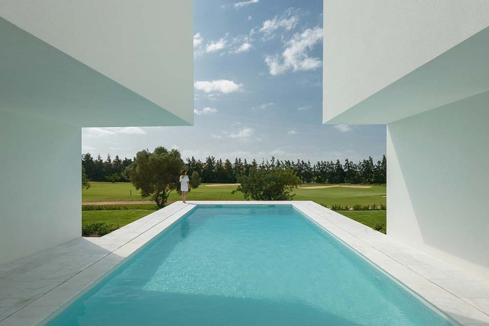 inner courtyard home pool ca 1000x667 - Between Two White Walls