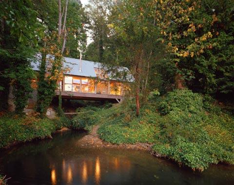 """Island-house-Bridge """"title ="""" Island-house-Bridge """"width ="""" 480 """"height ="""" 379 """"class ="""" alignnone size-full wp-image-13284 """"/> </p> <p> Vị trí của Bridge House đơn giản là đáng yêu, nép mình trong một khu rừng nhiều cây cối trên dòng suối theo mùa, trên đảo Bainbridge, Washington. Bức ảnh này trông như được đưa ra khỏi một câu chuyện cổ tích khi ánh sáng tự nhiên lấp lánh và lấp lánh trên mặt nước và thảm thực vật. <span id="""