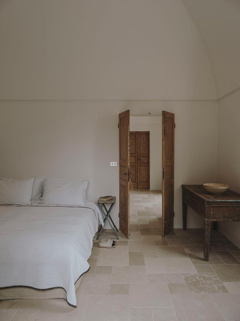italian villa bedroom design at2 - Villa Castelluccio