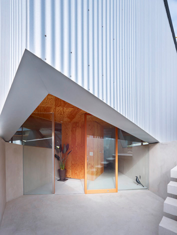 House in saka between inner and outer walls japanese for Outer wall design architecture