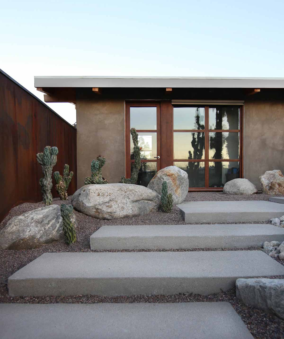 modern desert house courtyard hmh - Chino Canyon House