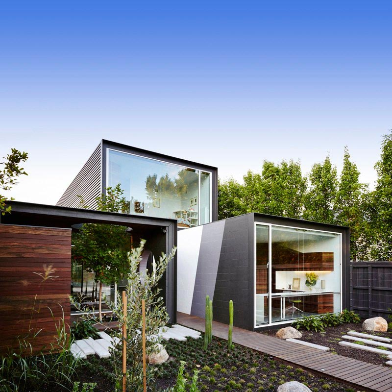 Glass living spaces with modern pool in melbourne australia for Modern family house 90210