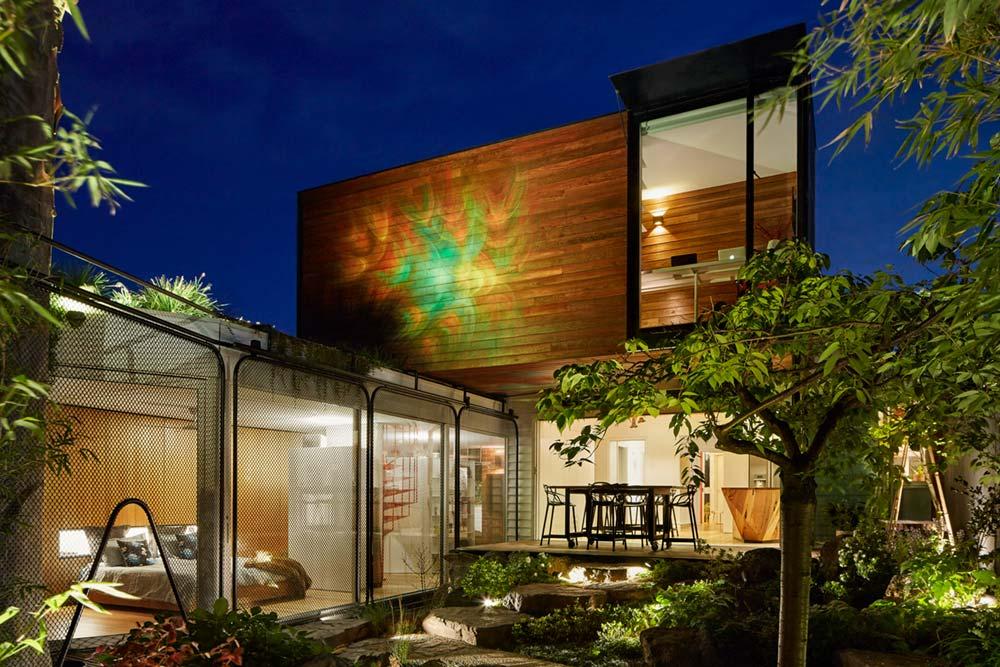 modern home extension yard - Kiah House