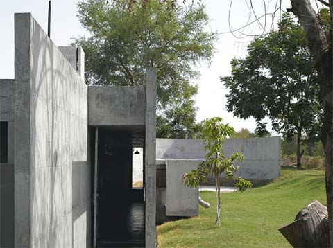 modern house india balls 9 - The House with Balls: surrounded by fish and concrete