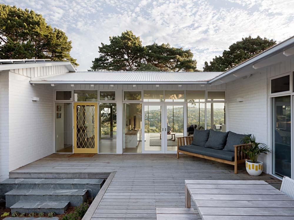 modern mid century courtyard - Newtown House
