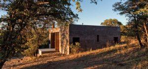 modern off grid cabin dust 300x140 - Casa Caldera