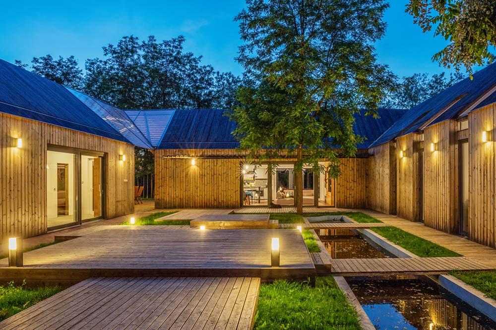 modern wooden house courtyard arc - Modern Wooden House