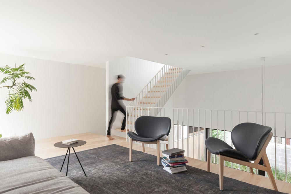 Narrow lot home modern mezzanine floor