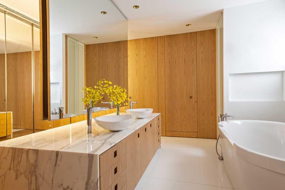 open space apartment bathroom ca - AQH Apartment