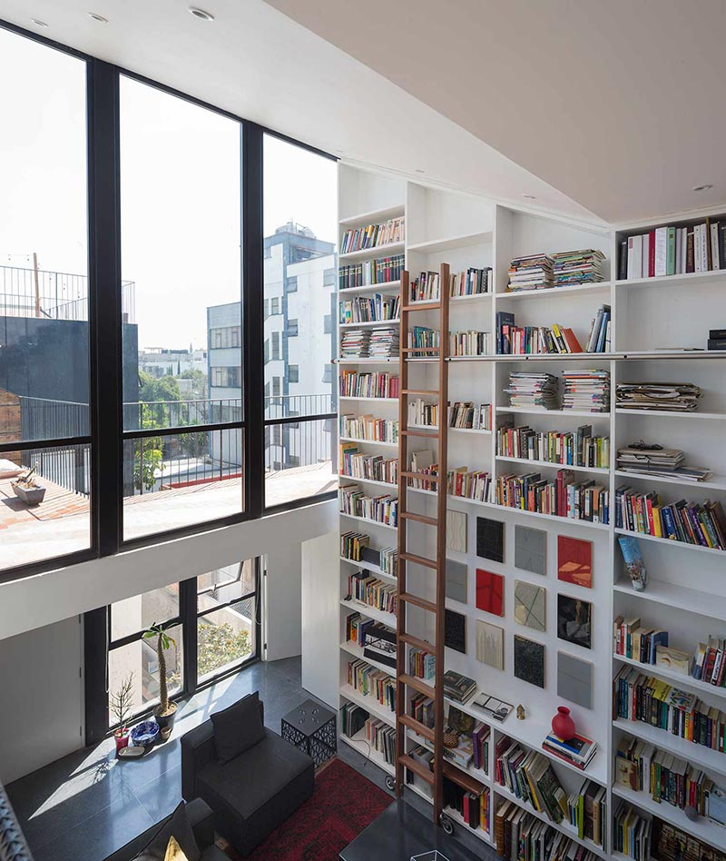 Rooftop terrace apartment w full scale library in mexico city for Open space apartment