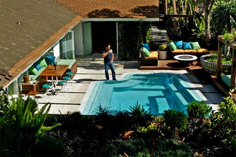 Modern backyard makeover jamie durie garden patio for Backyard makeover with pool