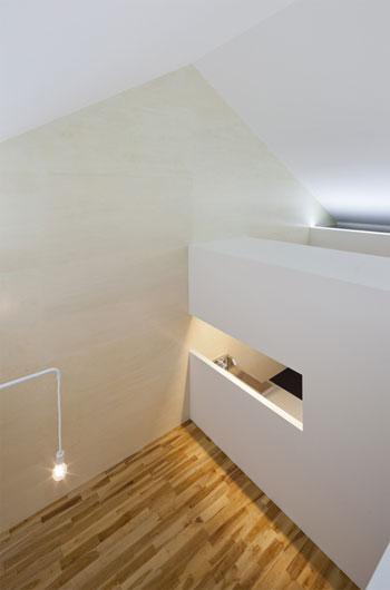 small house japan ism8 - ISM House: a white arrow beside the sea