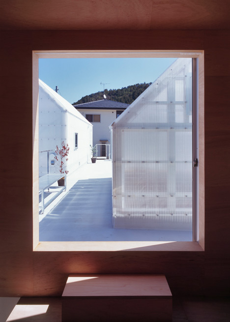 small house japan ymsk 10 - House in Yamasaki: three volumes for a plinth house