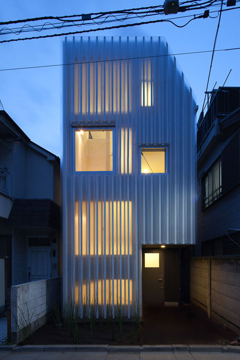 House in kikiuchio the gentle art of translucency for Tiny home architects