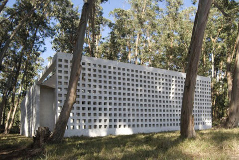 Casa de bloques small concrete weekend home in uruguay for Houses for small blocks