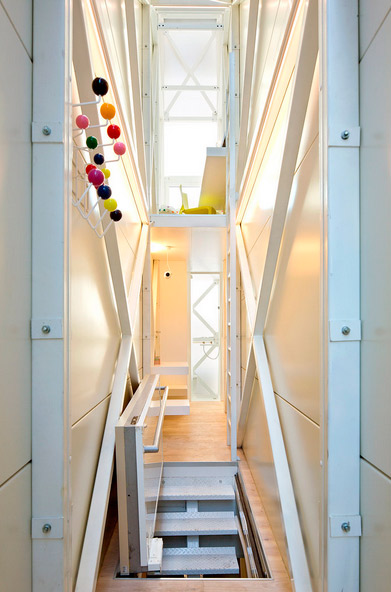 small-narrow-house-keret-08
