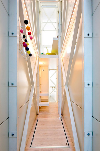 small-narrow-house-keret-09