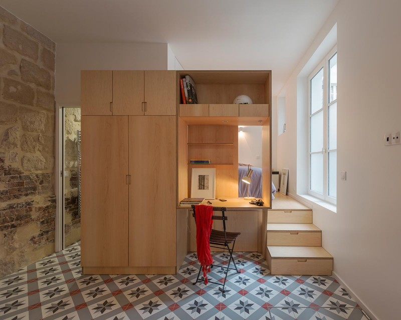 Tiny one bedroom studio apartment full of parisian charm for Small efficiency apartment